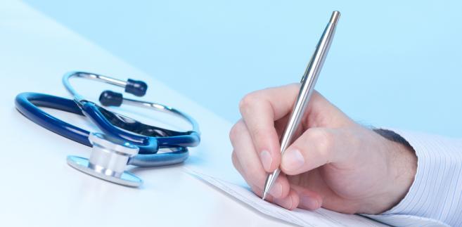 Obecnie medycy, żeby wystawić dokument elektronicznie muszą wykupić (za ok. 240 zł za dwa lata) podpis elektroniczny albo korzystać z ePUAPU.