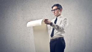 """Jednolity plik kontrolny. Przedsiębiorcy rozliczą się z dobowych wyciągów bankowychNowelizacja Ordynacji podatkowej dokłada firmom obowiązków w ramach jednolitego pliku kontrolnego. Dziś przedsiębiorcy zobowiązani są do przekazania fiskusowi ewidencji zakupu i sprzedaży (JKP_VAT ). Jeśli nowelizacja wejdzie w życie, już od 1 września 2017 roku  firmy będą musiały przekazywać szefowi KAS także dobowe wyciągi bankowe (JPK_WB). Taki raport trafi do fiskusa za pośrednictwem  banku lub spółdzielczej kasy oszczędnościowo-rozliczeniowej. Planowany raport JPK_WB powinien zawierać dane nabywcy i odbiorcy, numer rachunku bankowego, datę i czas obciążenia rachunku, tytuł i opis zlecenia płatniczego i saldo rachunku przedsiębiorcy po transakcji. Co to oznacza dla przedsiębiorcy? Podatnicy będą musieli być dyspozycyjni każdego dnia z wyjątkiem sobót i dni ustawowo wolnych by przesłać taki raport. Wyciągi z rachunków bankowych muszą bowiem trafić w ręce urzędników w terminie do końca dnia pracy następującego po każdej kolejnej dobie. Kto zyska, a kto straci na noweli Ordynacji podatkowej? Planowane zmiany mają na celu zwiększenie wpływów z tytułu podatku od towarów i usług. Łatanie luki w VAT to jednak nie wszystko. Ustawodawca tłumaczy, że zmiana przepisów ma zmniejszyć ryzyko natrafienia na nieuczciwego kontrahenta poprzez szybszą identyfikację podmiotu. Podatnik ma być bowiem zawiadamiany o """"podejrzanych"""" transakcjach i stwierdzonych nieprawidłowościach. Etap legislacyjny: Przekazanie projektu do konsultacji publicznych Dowiedz się więcej.>>"""