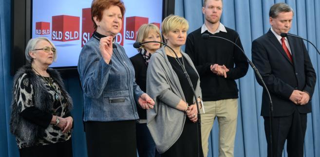 Opiekunowie osób dorosłych niepełnosprawnych: Maria Bednarska (L), Bożena Wiśniewska (3L), Małgorzata Kaczmarek (3P), Rafał Bednarczyk (2P) oraz posłowie SLD Anna Bańkowska (2L) i Tadeusz Tomaszewski (P) podczas konferencji prasowej w Sejmie