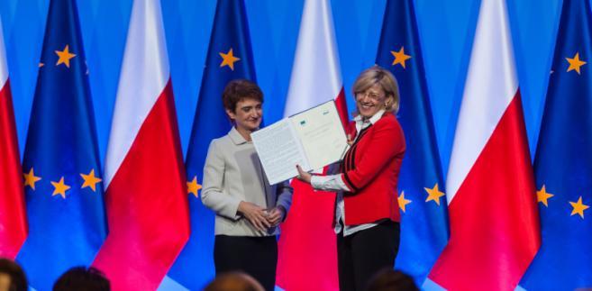 Komisarz ds. polityki regionalnej Corina Crețu wręczyła Marii Wasiak, szefowej resortu infrastruktury i rozwoju Umowę Partnerstwa i decyzje o akceptacji programów