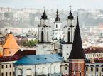<strong>Kowno</strong><br></br>Kowno, czyli litewskie Kaunas, to drugie miasto Litwy położone nad Niemnem. Warte zobaczenia jest tu stare miasto oraz zrekonstruowane ruiny zamku krzyżackiego. Uroku temu przemysłowemu miastu dodają wieże kościelne, od archikatedry począwszy (w mieście działa także meczet i synagoga). Jeszcze za czasów Stanisława Augusta Poniatowskiego w mieście dominowali Polacy, którzy stanowili wówczas ok. 3/4 liczby mieszkańców. Przewaga mieszkańców o polskim rodowodzie trwała w Kownie aż do 1919. Sytuacja zmieniła się od 1920, kiedy miasto stało się stolicą ówczesnej Litwy. <br></br>