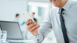 3. Mobile developerSmartfonowa rewolucja rozpoczęła się w 2007 roku wraz pojawieniem się pierwszego iPhone'a od Apple. Za ciosem poszły inne marki wdrażając do swoich telefonów system Android. Obecnie ponad połowa wszystkich telefonów komórkowych posiadanych przez użytkowników to smartfony, których działanie opiera się na aplikacjach. Bez nich wielu z nas nie wyobraża sobie sprawnego funkcjonowania w XXI wieku. To za ich pomocą zawsze dotrzemy do celu, zamówimy jedzenie, zlecimy przelew czy uruchomimy urządzenia w naszym mieszkaniu. Osoby zajmujące się tworzeniem aplikacji na smartfony mają więc pełne ręce roboty.