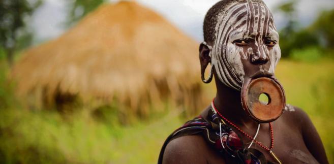 Kobieta z etiopskiego plemienia Mursi