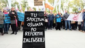 Poznań. Protest nauczycieli przeciw reformie edukacji  przed Urzędem Wojewódzkim w Poznaniu. (PAP)