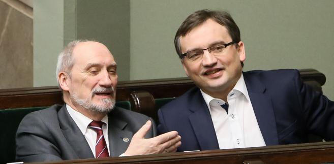 Minister obrony narodowej Antoni Macierewicz i minister sprawiedliwości prokurator generalny Zbigniew Ziobro