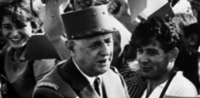 Zaraz po wojnie w 1945 r. komuniści wygrali wybory. Formując rząd, gen. Charles de Gaulle musiał zawrzeć z nimi sojusz i przekazać w gestię FPK pięć ministerstw. Ale nie oddał im resortów: obrony, spraw wewnętrznych i spraw zagranicznych. Wiedział, że ich przywódca Maurice Thorez posłusznie wykona każde polecenie Stalina