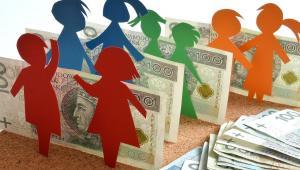 Zasiłek nadal przysługuje, jeżeli przeciętny miesięczny dochód rodziny w przeliczeniu na osobę nie przekracza kwoty 674 zł.