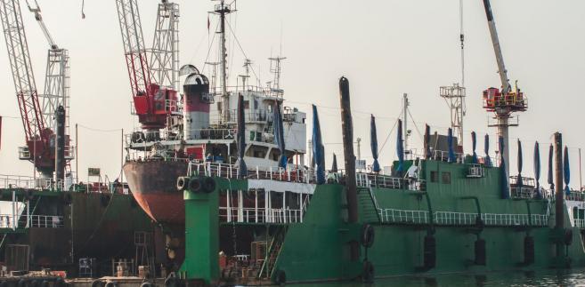 Znacznie bardziej prawdopodobne jest więc zlecanie stoczniom budowania mniej skomplikowanych okrętów nawodnych.