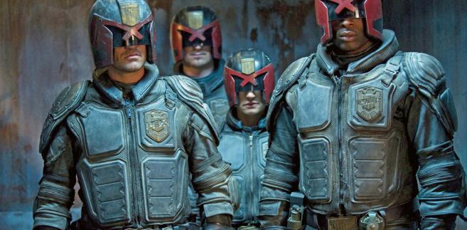 """Sędzia Dredd to jeden z najsłynniejszych w popkulturze stróżów prawa z przyszłości. Kadr z filmu """"Dredd"""" (2012)"""