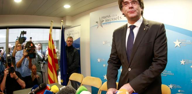 Puigdemont przebywa obecnie w Belgii, a Hiszpania domaga się jego ekstradycji w związku z wydanym przez madrycki sąd Europejskim Nakazem Aresztowania (ENA). Władze Hiszpanii zarzucają politykowi rebelię, działalność wywrotową, sprzeniewierzenie środków publicznych i nieposłuszeństwo wobec władz centralnych, za co może mu grozić do 30 lat więzienia.