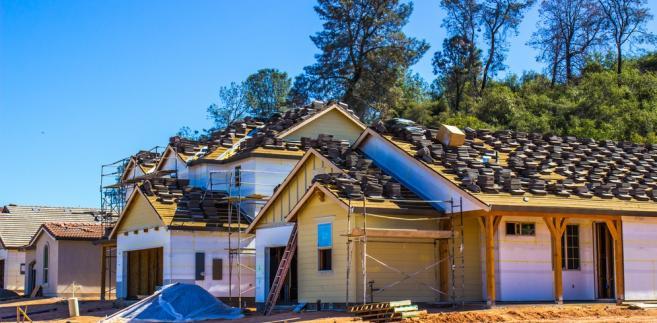 W projekcie zaproponowano, że od 1 stycznia 2019 r. prawo użytkowania wieczystego gruntów zabudowanych budynkami mieszkalnymi jednorodzinnymi i wielolokalowymi zostanie przekształcone w prawo współwłasności gruntu na rzecz właścicieli domów i lokali położonych na takich gruntach.