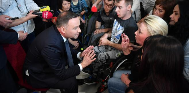 Prezydent Andrzej Duda z uczestnikami protestu rodziców osób niepełnosprawnych w Sejmie
