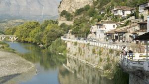 BeratBerat znajduje się w środkowej części kraju, nad rzeką Osum. To jedno z najstarszych albańskich miast, którego rozkwit przypada na czasy panowania Imperium Osmańskiego. Ze względu rozsianą po całym wzgórzu miejską zabudowę z tamtego okresu, i wrażenie jakie można odnieść spoglądając na nią z dystansu, Berat znany jest dziś jako Miasto Tysiąca Okien. Charakterystyczna mieszanka architektury osmańskiej i albańskiej wpisana została na listę światowego dziedzictwa UNESCO (2008 rok).Główną atrakcją turystyczną Beratu jest 140-wieczny zamek Kalaja, który, mówiąc precyzyjniej, jest twierdzą leżącą pod miastem. Trudno o lepszy punkt widokowy. W drodze do wciąż zamieszkałej cytadeli można podziwiać muzułmańską dzielnicę Mangalem, dzięki której miasto zyskało swój przydomek.W Beracie warto też odwiedzić Meczet Królewski, jedyny budynek sakralny, który przetrwał Rewolucję Ideologiczną i Kulturalną, w skutek której pod koniec lat sześćdziesiątych państwo przejęło wszystkie budynki świątynne. Meczet został wybudowany za panowania sułtana Bajazyda II w 1495 roku. Stanowił centralną część kompleksu świątynnego, który składał się z szkoły muzułmańskiej, medresy, biblioteki oraz dobudowanego później XVIII-wiecznego klasztoru.Źródło: r.pl/albania