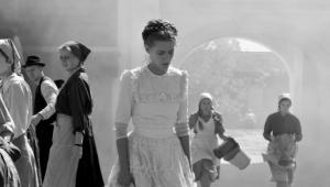 """""""1945"""" (2017), reż. Ferenc Török. Czarno-biały portret małej węgierskiej miejscowości u schyłku wojny. Podobnie jak w """"Idzie"""" Pawła Pawlikowskiego czy """"Białej wstążce"""" Michaela Hanekego, i tu mroczne wspomnienia tragicznych zdarzeń nie dają o sobie zapomnieć."""