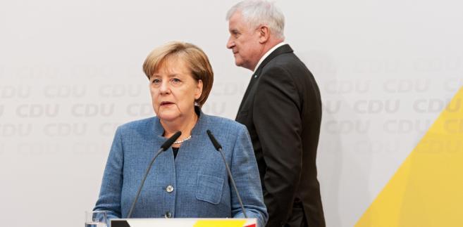 """""""Chodzi o przyszłość Niemiec i Europy"""" - powiedziała Merkel, odnosząc się do polityki migracyjnej. """"Chodzi o decyzję co do kierunku"""" w okresie, gdy potrzebujemy """"właściwych odpowiedzi na nowe czasy"""" - dodała w przemówieniu podczas debaty na temat budżetu w niemieckim parlamencie."""