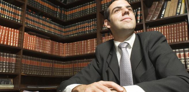 Jak wskazał Budka, nie można abstrahować od daleko idących zmian w dostępie do usług prawniczych, które zaszły na rynku po otwarciu zawodów za czasów rządów PiS, przez co dziś mamy dwa razy więcej adwokatów i radców prawnych niż przed 10 laty