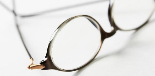 Wyposażenie pracowników w odpowiednie okulary dotyczy zarówno sytuacji gdy obsługują oni sprzęt stacjonarny, jak i przenośny (laptopy).