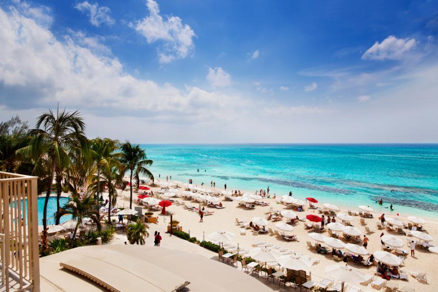 Znajdująca się na zachodnim brzegu wyspy Wielki Kajman plaża Seven Mile Beach ma wprawdzie nie siedem, a tylko 5,5 mili (dziewięć kilometrów) długości, jednak jej czysta woda i koralowy piasek przyciąga gości z całego świata. W rankingach na najładniejsze plaże świata Seven Mile Beach zawsze zajmuje czołowe miejsca.