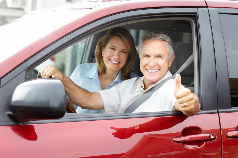 emeryt, samochód, uśmiech
