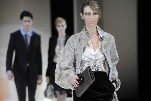 Kolekcje Giorgio Armianiego teraz do kupienia takze w sklepie internetowym. Fot. Bloomberg