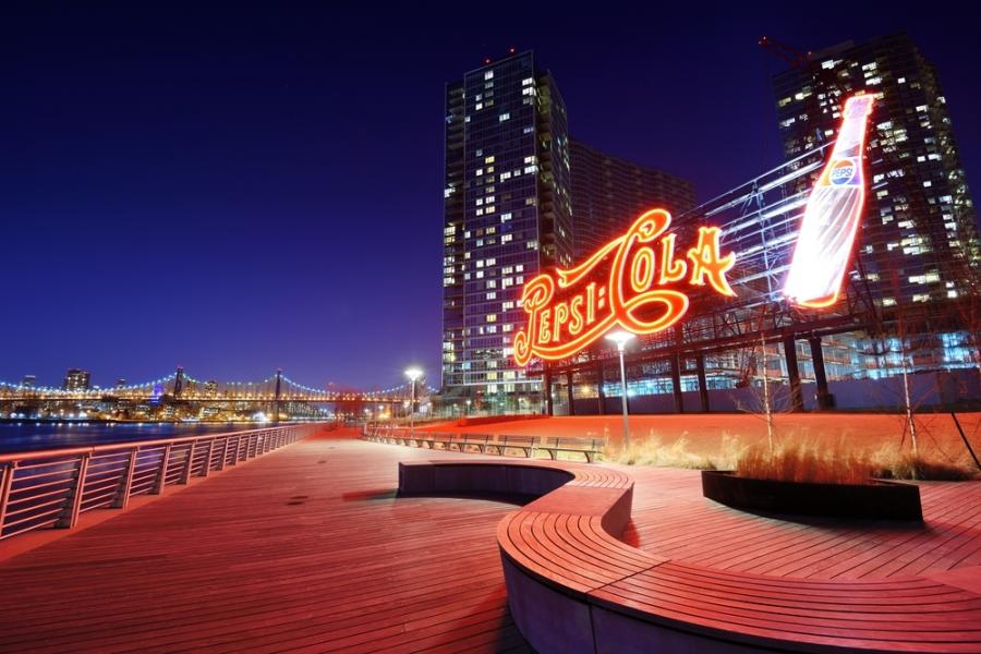 Symbol Pepsi-Cola w Gantry Plaza State w nowojorskim Queens