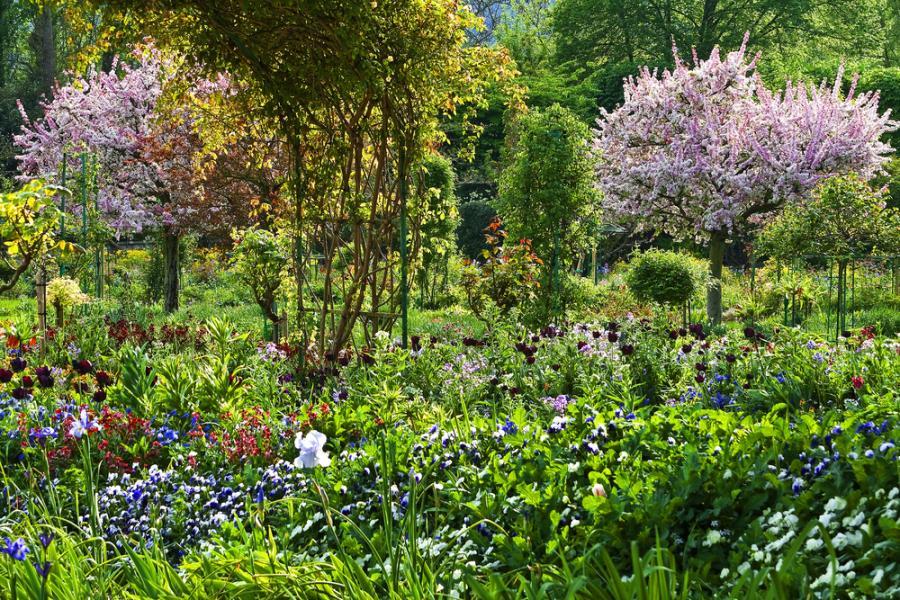 Dom i ogród Claude'a Moneta w Giverny. Najciekawszy jest ogród przy domu malarza. Jak sam mówił, większość swoich pieniędzy przeznaczał na utrzymanie ogrodów, które były dla niego wielkim źródłem inspiracji.