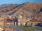 Niegdysiejsza stolica imperium Inków — majestatyczne Cuzco — wciąż niepodzielnie panuje nad okolicą. W mieście widać wpływy wielu epok i kultur. Lokalne elementy architektoniczne przeplatają się z zabudową kolonialną i nowoczesnymi obiektami rozrywkowymi. Warto zwiedzić starożytne ruiny i górujące nad miastem katedry, obejrzeć barwne produkty na lokalnych targowiskach lub odpocząć, korzystając z relaksującego masażu.