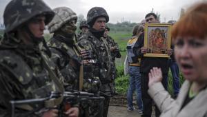 Prorosyjscy mieszkańcy Słowiańska rozmawiają z ukraińskimi żołnierzami. Fot. EPA/ROMAN PILIPEY/PAP/EPA