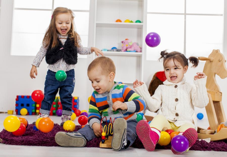 dzieci się bawią