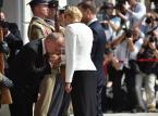 Ustępujący szef KPRP Jacek Michałowski wita prezydenta Andrzeja Dudę  i jego żonę Agatę Kornhauser-Dudę na dziedzińcu Pałacu Prezydenckiego.