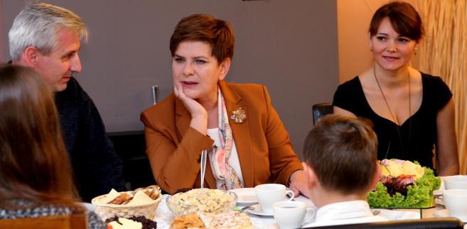 Wiceprezes PiS Beata Szydło podczas śniadania z rodziną Katarzyny i Gabriela Czajów w Rudzie Śląskiej.