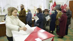 """Członek PKW, sędzia Wiesław Błuś podał, że z danych policji wynika, iż doszło do """"385 czynów, które mogą stanowić przestępstwa bądź wykroczenia związane z czynami związanymi z przestępstwami bądź wykroczeniami uregulowanymi w Kodeksie wyborczym""""."""