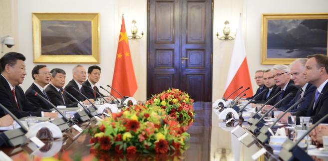 Prezydent Andrzej Duda i przewodniczący Chińskiej Republiki Ludowej Xi Jinping podczas rozmów plenarnych delegacji w Pałacu Prezydenckim w Warszawie.
