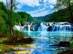 <strong>Park Narodowy Krka</strong> <br></br> Nacionalni Park Krka to przyrodnicza perełka Chorwacji z unikatową florą i fauną. Park usytuowany jest w dolnym biegu rzeki Krka, która spływa kaskadowo z Gór Dynarskich aż do Morza Adriatyckiego w okolicy Szybeniku. Najpiękniejszym przyrodniczo miejscem Parku jest oczywiście słynny i widowiskowy wodospad Skradinski Buk, który można podziwiać nie tylko z punktów widokowych, ale także korzystając z pobliskiego kąpieliska. <br></br> Bardzo popularną atrakcją Nacionalni Park Krka jest także słynny i malowniczo położony klasztor franciszkański na jeziorze Visovac (wybudowany ponad 500 lat temu). Turyści pragnący zwiedzić to magiczne miejsce transportowani są na wyspę klasztorną statkiem. <br></br>