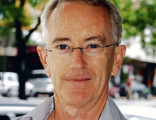 """Steve Keen jeden z najważniejszych współczesnych ekonomistów, od kilku lat kieruje Wydziałem Ekonomii na londyńskim Uniwersytecie Kingston. Keen przez lata otwarcie kontestował neoliberalną ortodoksję. W książce """"Debunking Economics"""" (Obalanie ekonomii) z 2001 r. trafnie przewidział wybuch kryzysu finansowego oraz wielkiej recesji"""
