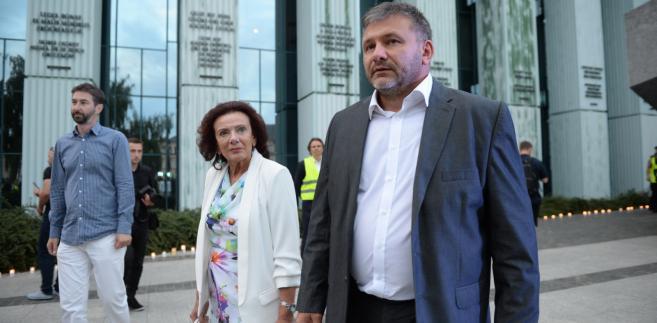Prezes Stowarzyszenia Sędziów Themis Irena Kamińska oraz rzecznik prasowy Krajowej Rady Sądownictwa Waldemar Żurek przed siedzibą SN