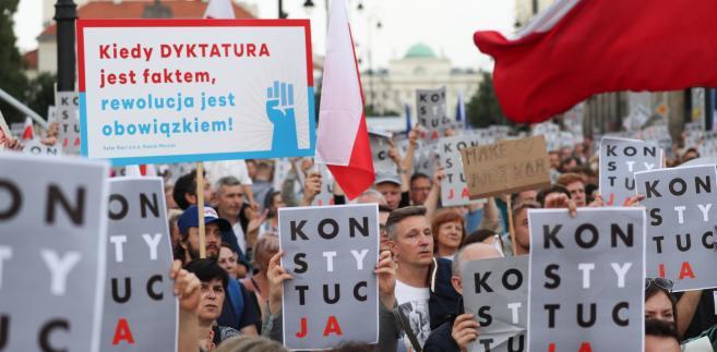 Niezadowolenie wyrażały tysiące ludzi w kilkudziesięciu miastach Polski – tylko w sobotę odnotowano 80 zgromadzeń.