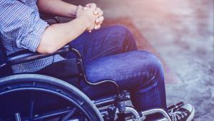 Sądy administracyjne podkreślały, że odmienne rozumienie przepisów prowadzi do nieakceptowalnej sytuacji, w której opiekun niepełnosprawnego po ukończeniu przez niego 16 roku życia, traciłby prawo do świadczenia pielęgnacyjnego z tego tylko względu, że ustalony w orzeczeniu stopień niepełnosprawności nie jest znaczny, choć skutki wywołane dysfunkcją nie uległy zmianie.