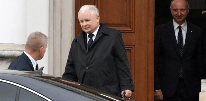 Jarosław Kaczyński wychodzi ze spotkania z Andrzejem Dudą