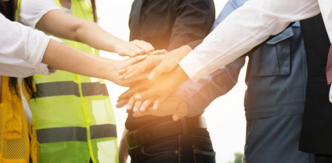 Tylko organizacje związkowe uznane za organizacje zakładowe korzystają z prawa ochrony trwałości stosunku pracy działaczy związkowych i ze zwolnienia ich z obowiązku świadczenia pracy na okres kadencji w zarządzie
