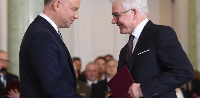 Czaputowicz jest związany z resortem dyplomacji od 1990 r. W MSZ pełnił m.in. funkcje wiceszefa i szefa departamentu konsularnego i wychodźstwa, dyrektora departamentu strategii i planowania polityki zagranicznej oraz dyrektora Akademii Dyplomatycznej