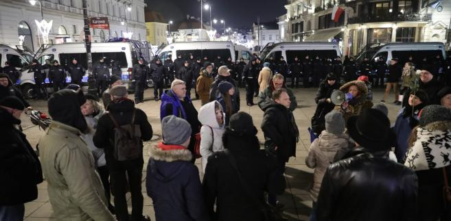 Policja zabezpiecza na Krakowskim Przedmieściu obchody 93. miesięcznicy smoleńskiej