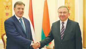 Premier Łotwy Maris Kučinskis z premierem Białorusi Andrejem Kabiakouem