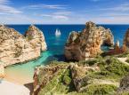 <strong>3. Portugalia</strong> <br><br> Portugalia powoli wychodzi z cienia z osławionej w świecie turystyki Hiszpanii. Niskie ceny oraz wyjątkowe cuda natury zaczynają coraz częściej przyciągać także turystów z Polski. Warto zauważyć, że ponad 300 portugalskich plaż uzyskało pożądaną ocenę Błękitnej Flagi. <br><br> Na zdjęciu plaża w pobliżu Lagos.