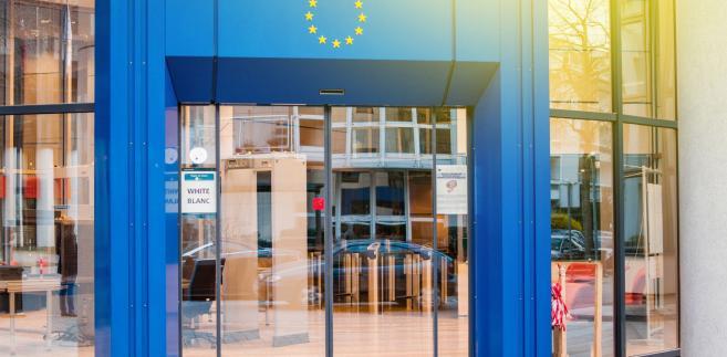 Tymczasem Juncker i Trump uzgodnili, że UE i USA będą prowadzić kompleksowe rozmowy handlowe na temat ceł i ich ograniczenia, subsydiów oraz barier pozataryfowych. Francja jednakże od dawna wzywała USA do wycofania się z nałożonych na Wspólnotę taryf na stal i aluminium, zanim takie rozmowy się rozpoczną.