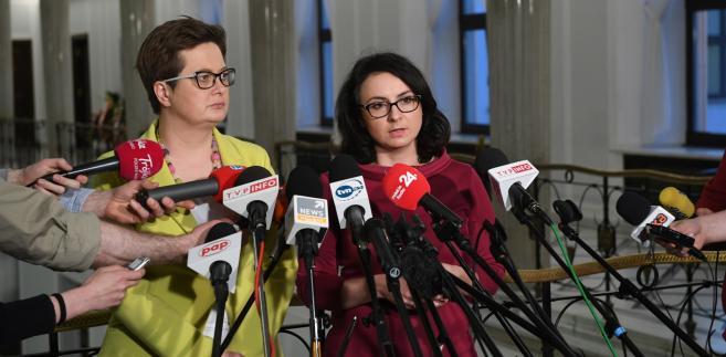 """""""Wieloletnim zwyczajem funkcjonującym w Sejmie było to, że w sytuacji, w której dochodzi do łamania regulaminu Sejmu, podnoszą się emocje na sali plenarnej, szef klubu ma prawo wystąpić z wnioskiem o przerwę dla klubu, by uspokoić emocje na sali"""" - mówiła. """"Ja wczoraj z takim wnioskiem - jako szefowa klubu poselskiego Nowoczesnej - wystąpiłam i zostałam dzisiaj za to ukarana"""" - Gasiuk-Pihowicz"""