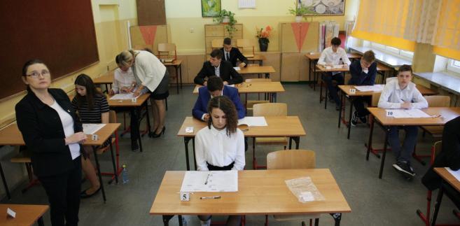 Test z wiedzy przyrodniczej był pierwszym z dwu, jakie składają się na egzamin z wiedzy matematyczno-przyrodniczej, do którego uczniowie III klas gimnazjów przystąpili w czwartek po godzinie 9. Zawierał zadania z biologii, chemii, fizyki i geografii. Na rozwiązanie ich mieli 60 minut (dyslektycy mogli rozwiązywać je 20 minut dłużej).