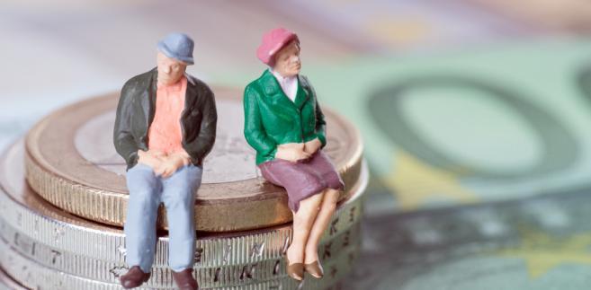Przechodząc na emeryturę z urzędu, nie trzeba rozwiązywać stosunku pracy