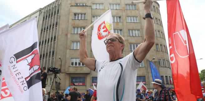 Uczestnicy manifestacji zbierają się przed warszawską siedzibą OPZZ