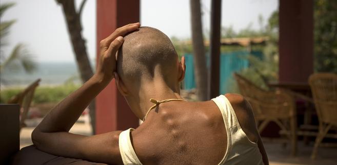 Kobieta bez włosów w wielkim mieście nie ma łatwo. Zwłaszcza gdy wszędzie widzi reklamy rewelacyjnych szamponów na porost włosów, działających cuda suplementów diety i specyfików, które sprawią, że bujna fryzura zachwyci każdego i będzie kluczem do sukcesów